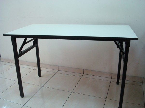 שולחן עם רגל מתקפלת קטנה
