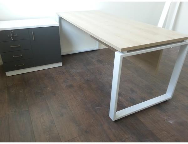 שולחן רגל פלזמה צפה כולל שלוחה מגירות וארונית דלת