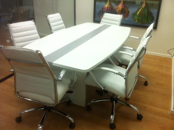 שולחן ישיבות אובלי לבן עם דוגמא