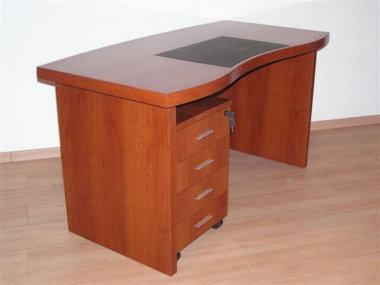 שולחן מנהלים מעץ בצבע חום