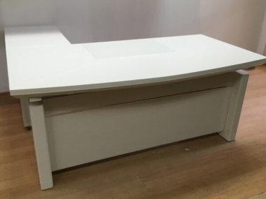 שולחן מנהל בגוון לבן