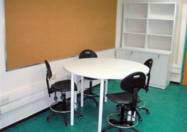 שולחן מעבדה עגול עם רגלי מתכת