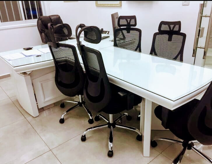 שולחן מנהלים דגם A-06 לבן כולל זכוכית + T שולחן ישיבות כולל זכוכית