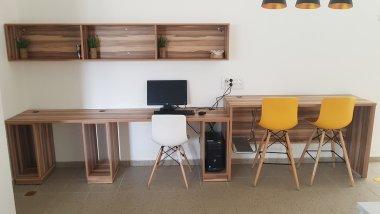 שולחן מחשב מעוצב במשרד חדש