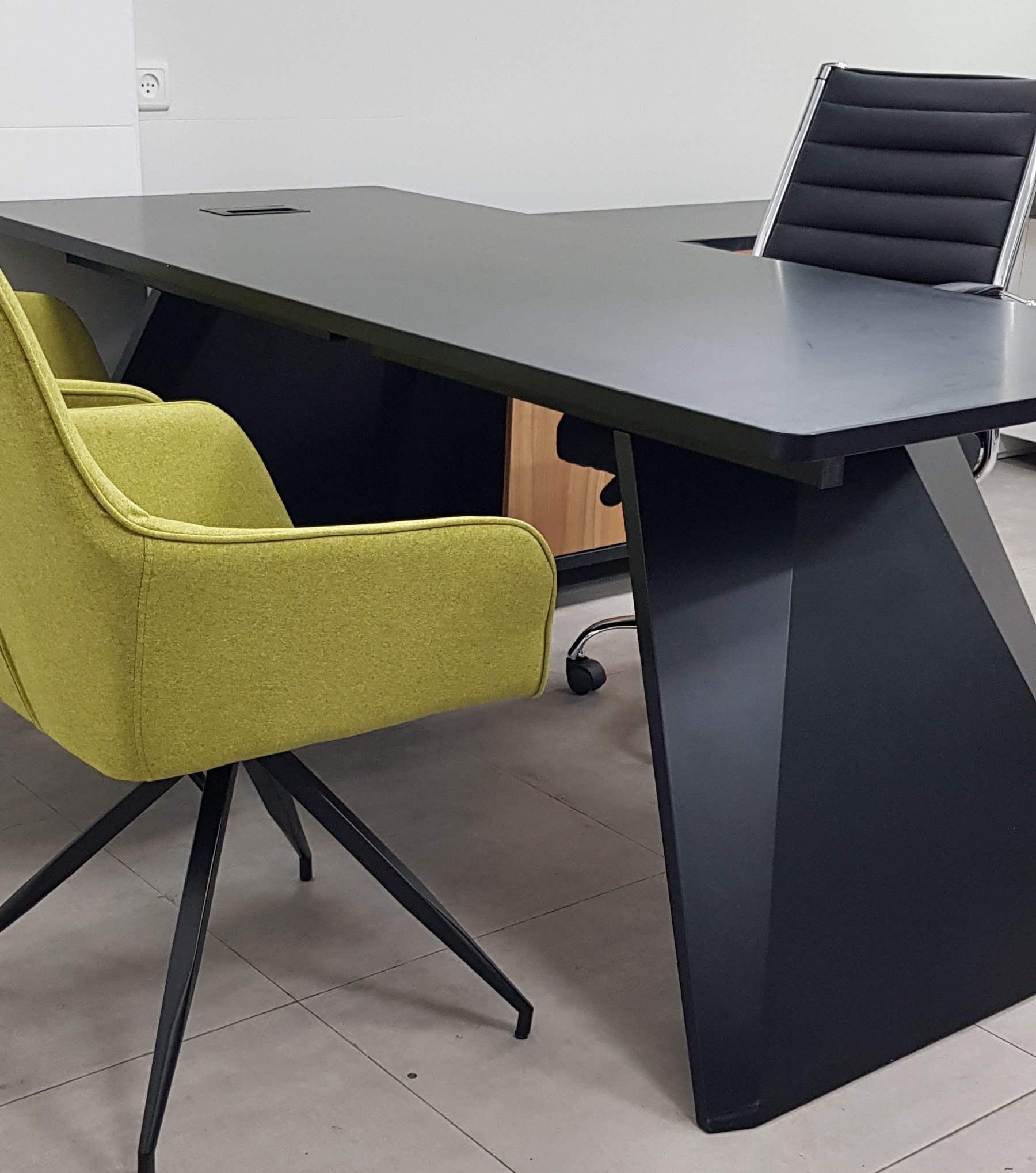 שולחן משרדי דגם סטינג צילום צד