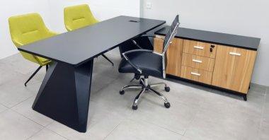 שולחן מנהל שחור רגל סטינג