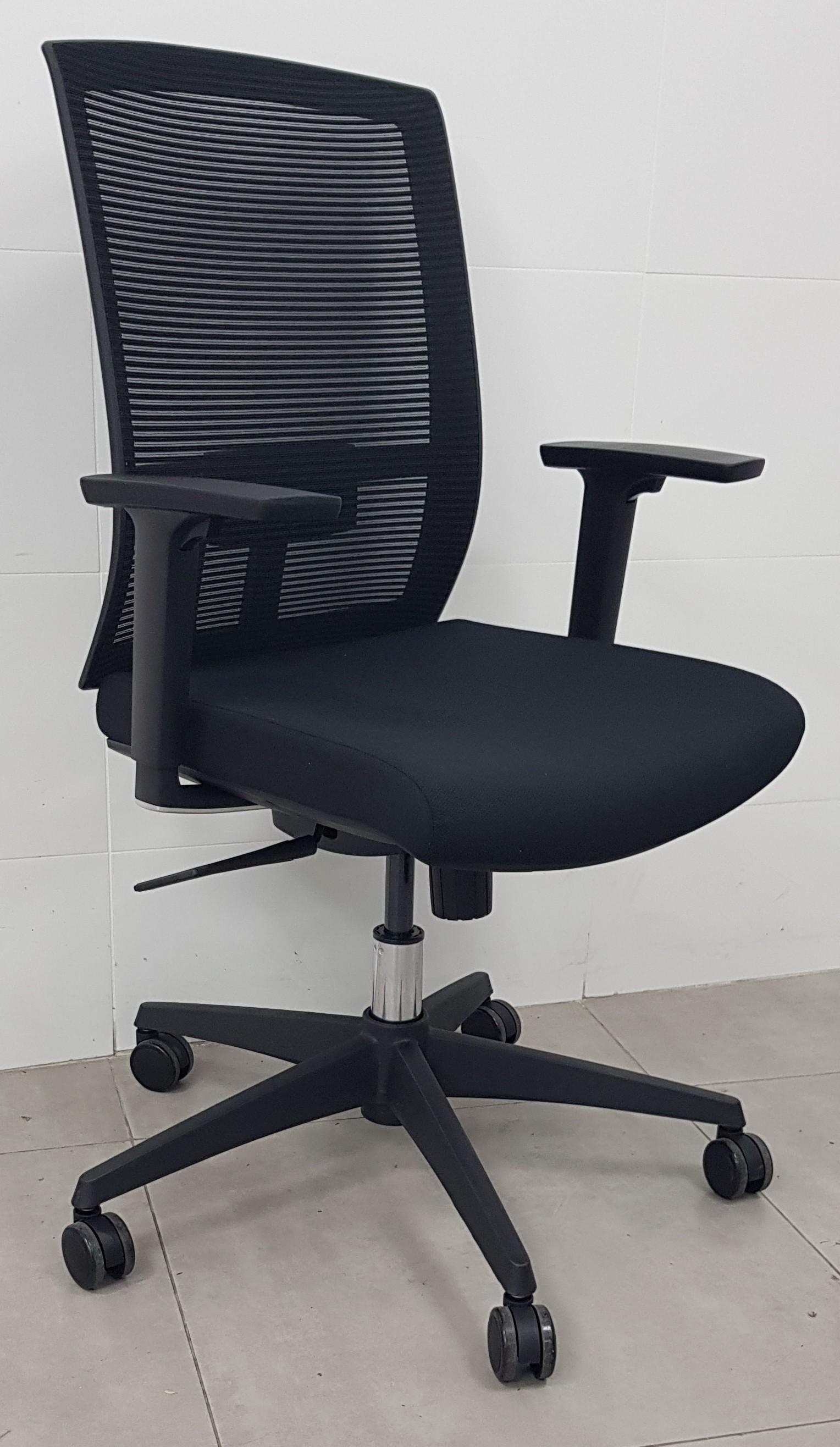 """כסא דגם """"נוית"""" גב רשת ידיות מתכוננות"""