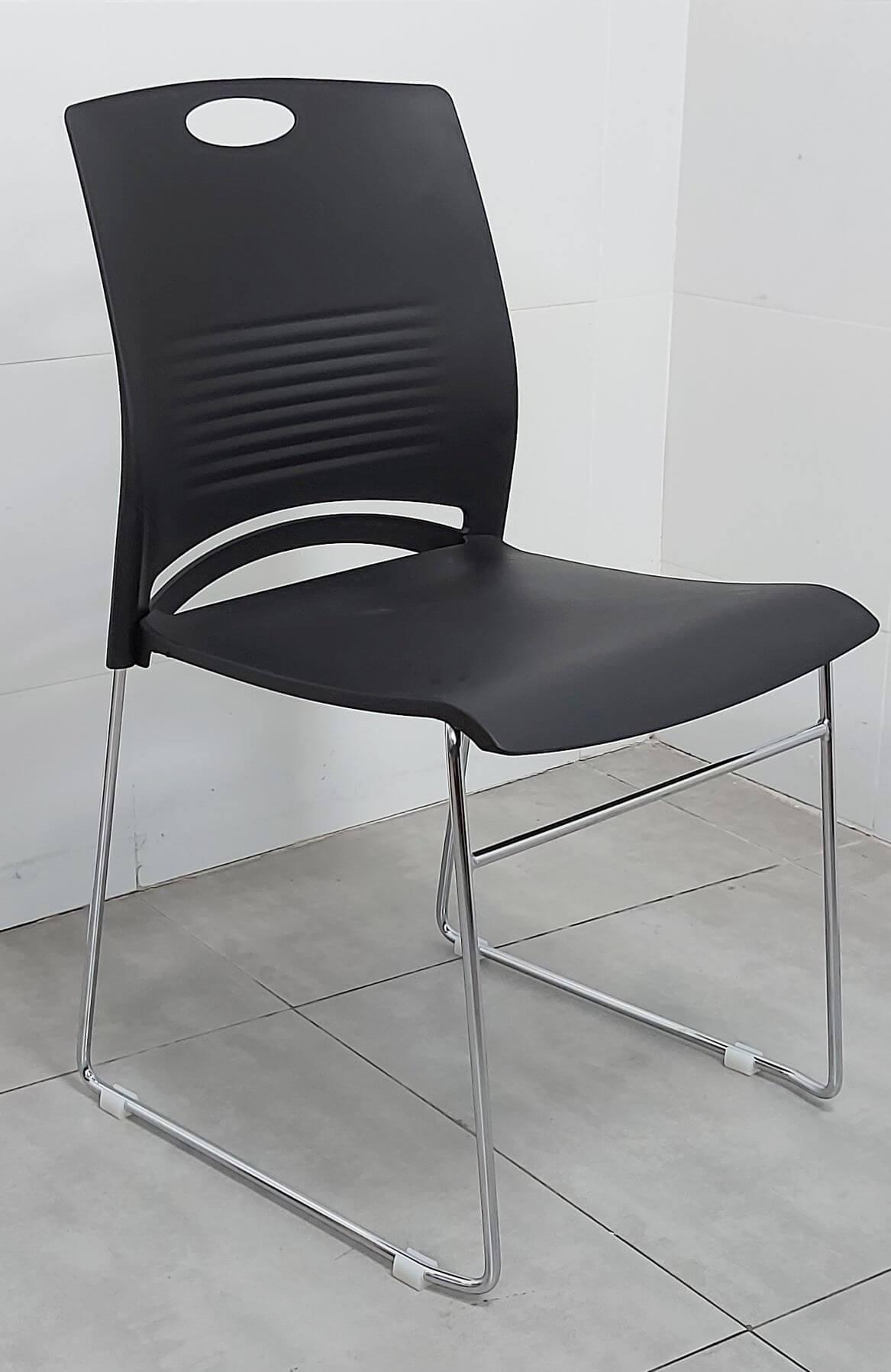 """כסא דגם """"דניאל"""" פלסטיק שחור"""